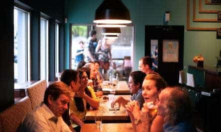 Kto płaci na randce, kto na spotkaniu biznesowym, a kto podczas spotkania z przyjaciółmi?